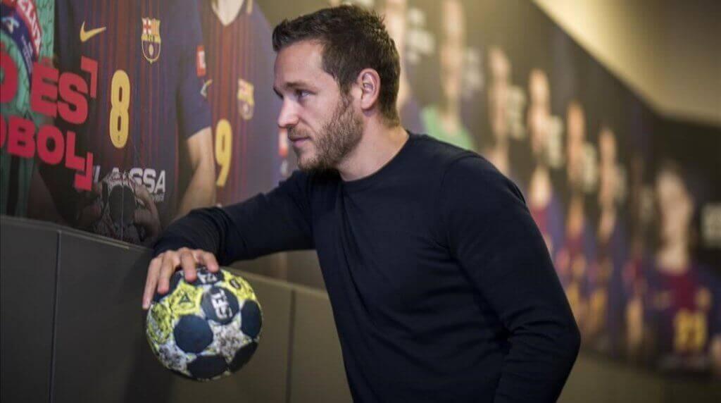 Victor Tomas fait partie d'une équipe de handballappartenant à la ligue ASOBAL d'Espagne en position d'ailier droit dans le FC Barcelone Lassa.