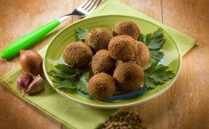 Recettes avec des légumineuses: boulettes de lentilles à la sauce miso.