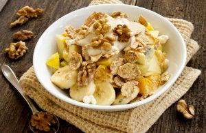Petits déjeuners à base de fruits avec la banane et les noix.