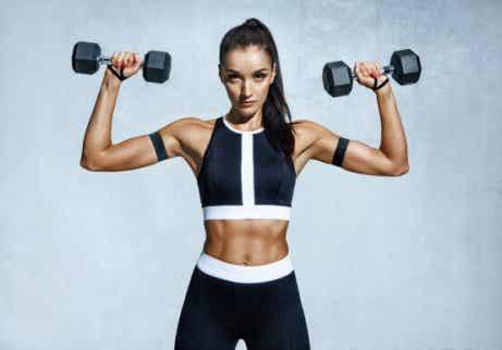 Des bras fermes : cinq exercices pour atténuer la flaccidité des bras