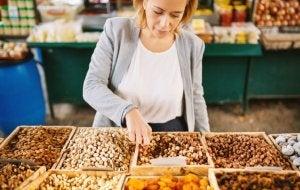 Une femme choisit des fruits secs