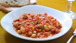Les pois chiches à la morue font partie de l'une des recettes avec des légumineuses.