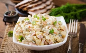 La salade russe est la version la plus connue des salades de pommes de terre.