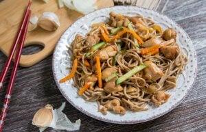 Le yakisoba au poulet et aux crevettes est une recette de cuisine japonaise saine.