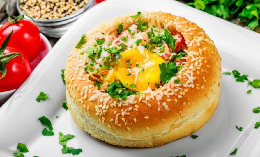 Des œufs dans du pain.