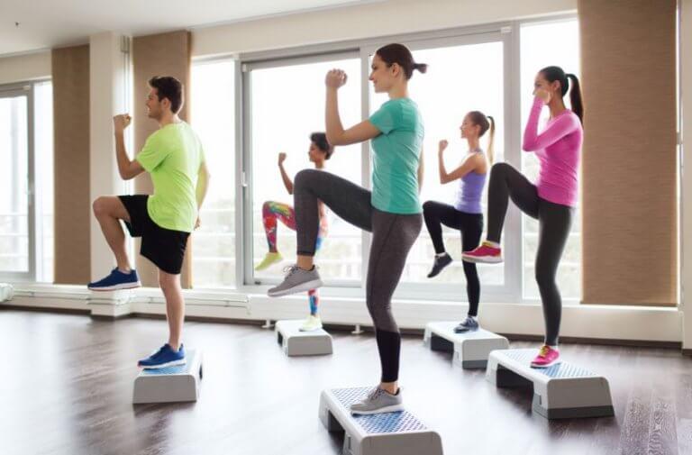 Renforcer le tronc inférieur avec des exercices de step