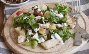 La recette originale de la salade Waldorf comprend seulement trois ingrédients: céleri, pomme et mayonnaise.
