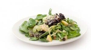 Salade Waldorf onctueuse au yaourt.