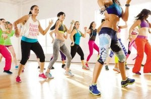 Sports anti-stress: Cours de zumba avec des femmes.