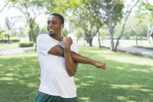 étirer l'omoplate postérieure pour faire travailler les muscles rhomboïdes