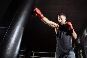 Sports anti-stress : un homme qui fait de la boxe.