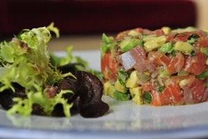 Le tartare de saumon fait partie des repas à base d'avocat.