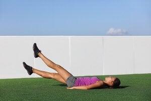 tonifier les muscles internes des jambes grâce aux ciseaux