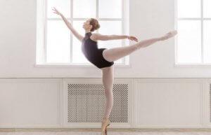 Une danseuse classique en train de s'entraîner