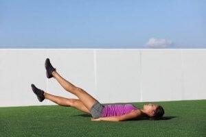 Une femme réalise un exercice d'abdominaux