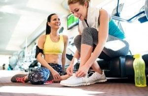 Deux femmes après leur entraînement