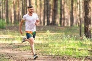 Un homme court dans la forêt