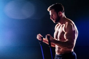 Exercices de bras avec des bandes élastiques.
