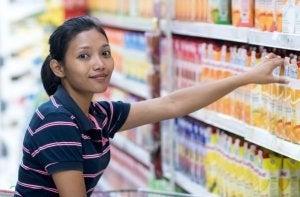 Une femme qui achète du jus dans le commerce.
