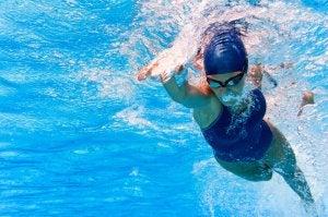 Une nageuse en train de pratiquer le crawl