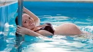 Une femme enceinte à la piscine