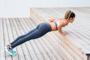 Une femme effectue une pompe inclinée