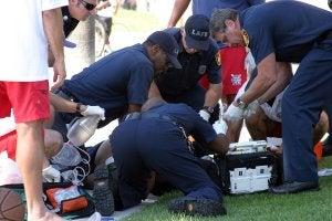 Une équipe de premiers secours en train d'intervenir