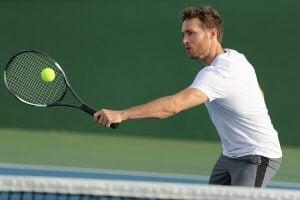 Jouer au tennis fait partie des sports les plus exigeants.