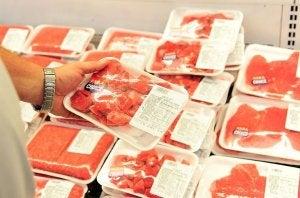 Viande fraîche au supermarché.
