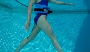 Une pratiquante de l'aqua running en train de marcher sous l'eau