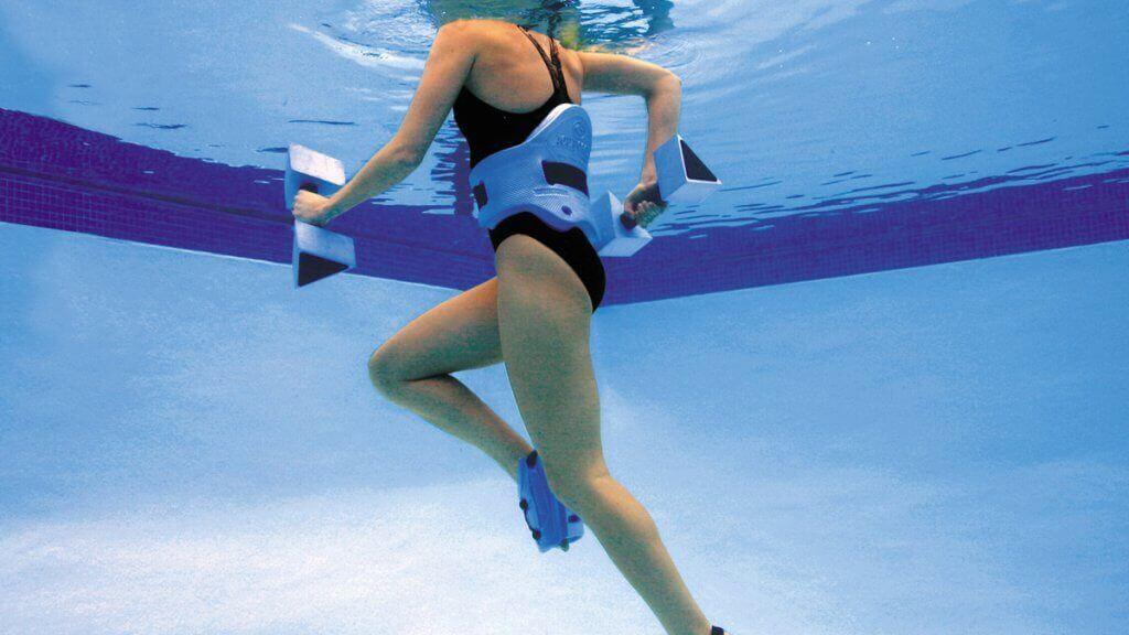 Une pratiquante d'aqua running en train de courir sous l'eau