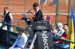 Une femme arbitre lors d'un match de tennis.
