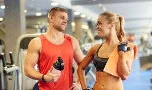 Un homme et une femme dans une salle de sport