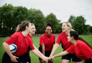 Equipe féminine de rugby qui s'encourage.