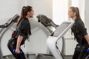 Une femme faisant un entraînement avec électrostimulation
