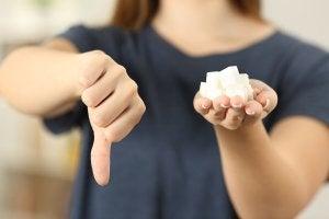 Femme avec des carrés de sucre