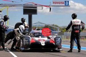 Fernando Alonso dans sa Toyota sur le circuit automobile.