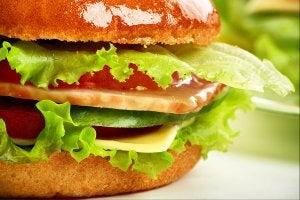 Hamburger avec un pain brioché.