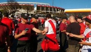Des hommes devant un stade