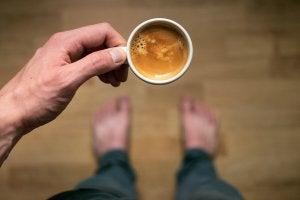 La caféine dans une tasse de café