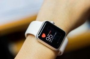 Montre connectée qui indique le rythme cardiaque