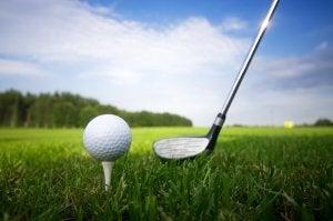 La balle de golf sur le tee.
