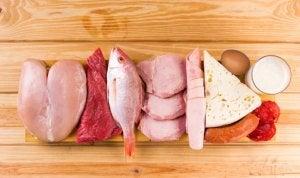 Volaille, viande rouge et poisson sur une table