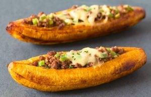 Plat de bananes plantain farcies à la viande