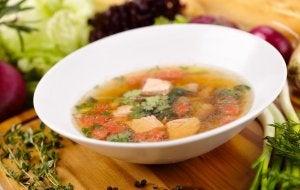 Plat de soupe avec des légumes