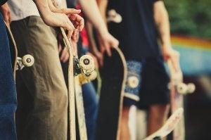 Des pratiquants de skateboard