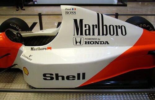 Une voiture de F1 dans un musée