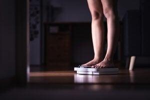 Une femme sur une balance