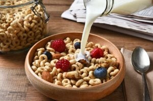 Bol de céréales avec du lait et des fruits.