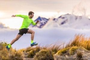 Un homme fait de la course à pied à la montagne